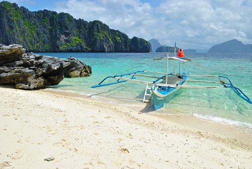Go island-hopping at the Bacuit Archipelago